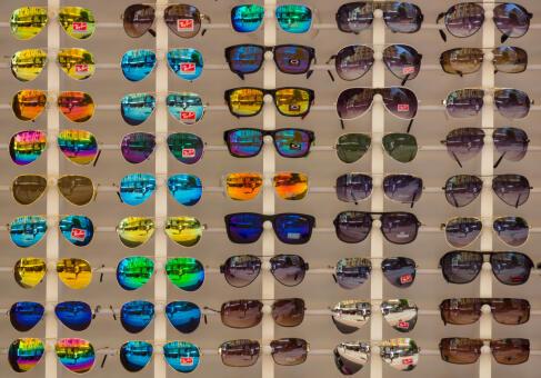 33b33b4ed35a4 Największy na świecie producent soczewek okularowych - francuski Essilor  przejmuje włoską firmę Luxottica, właściciela takich kultowych marek jak  Ray-Ban i ...