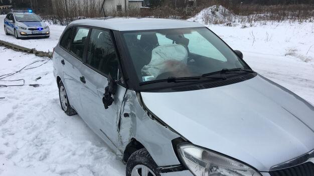 Powalona latarnia, porzucone auto. Policja szuka sprawcy kolizji