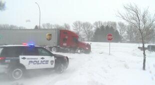 Opady śniegu utrudniają poruszanie się po drogach